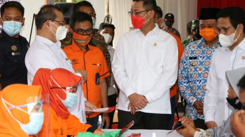 Dirut Pos Indonesia Tinjau Langsung Penyaluran BST Tahap 8 di Kabupaten Subang